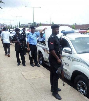 Horror as Man is Attacked by Axe-wielding Thugs in the Presence of Policemen in Edo (Photos)